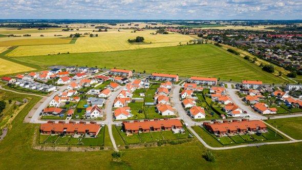 Flygbild över Bäckdala i västra Eslöv. Norr om Bäckdala ligger Långåkra som är nästa område att bebyggas. Preliminärt kommer försäljning att påbörjas hösten 2022 eller våren 2023.