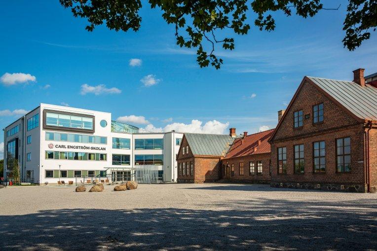 Foto på Carl Engström-skolan med hus B till vänster och hus C till höger.