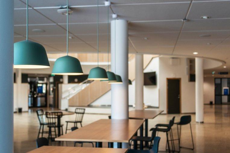 Foto från entrévåningen i Carl Engström-skolans hus B som visar bord och stolar.