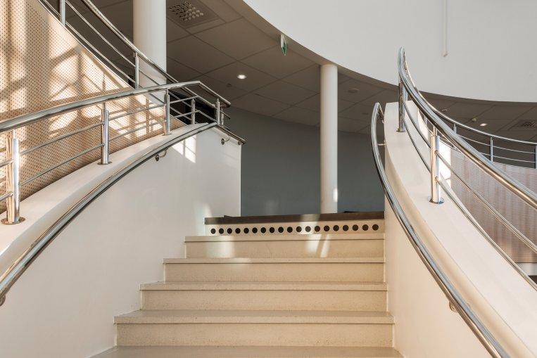 Foto på trappan som går genom hela byggnaden.