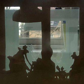 """Foto till utställningen """"Hemlikhet"""", utklippta siluetter av vardagliga objekt."""