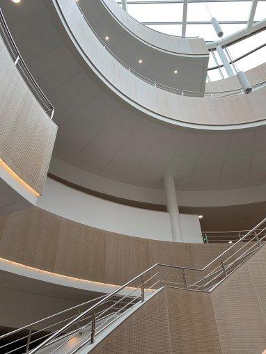 Foto på trappan och glastaket.