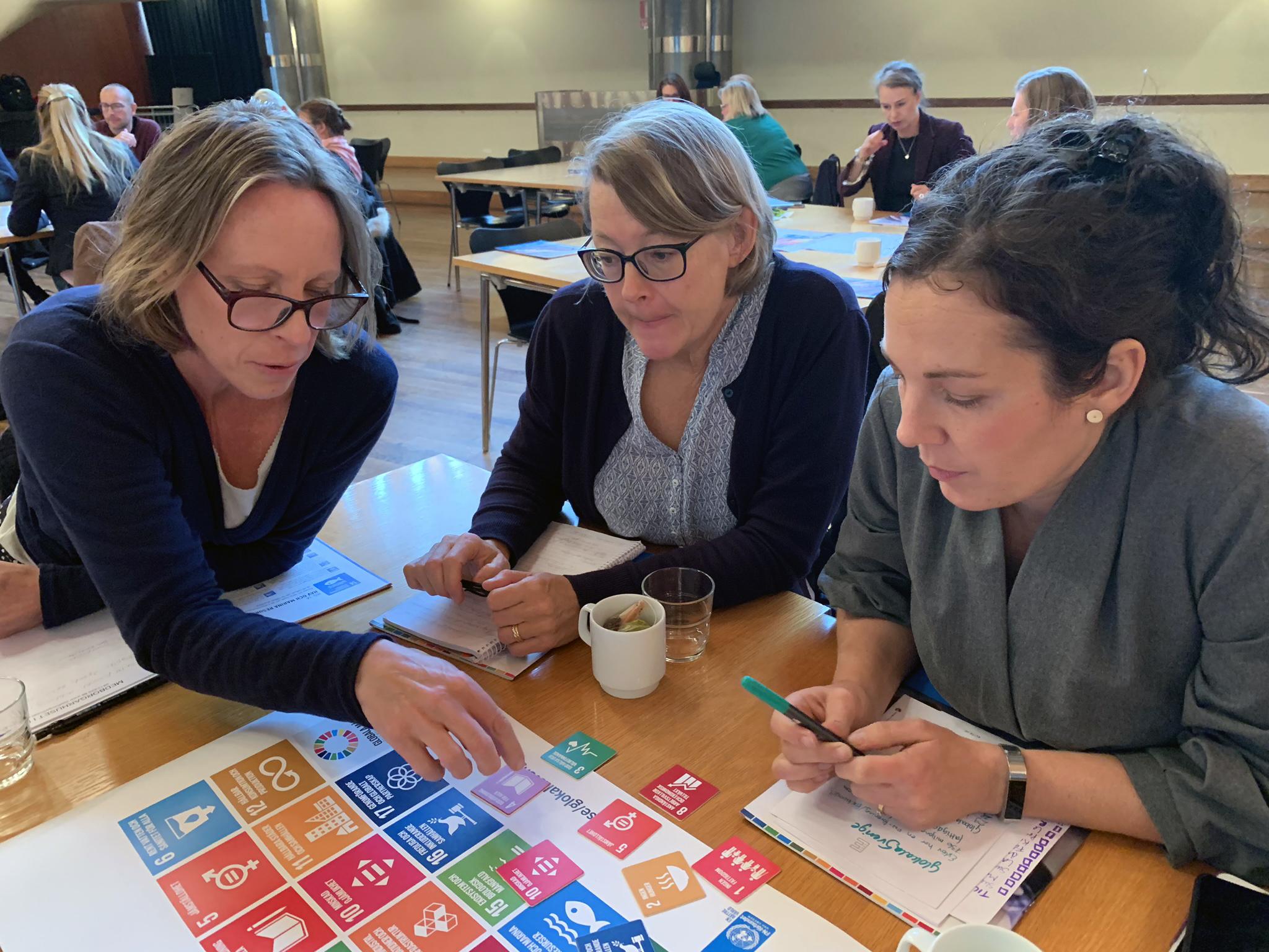 Marie Brandt, miljöstrateg, Birgitta Mårtensson-Asterlind, måltidschef, och Åse DAnnestam, miljöstrateg, diskuterar hur Agenda 2030 kan kopplas till kommunens mål och arbete
