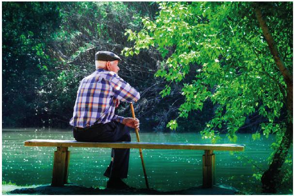 Bild på äldre man vid en sjö