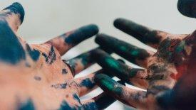 Två händer med färg