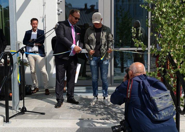 Kommunalråd Johan Andersson klipper bandet till nya skolan tillsammans med eleven Ludvig Beckvall