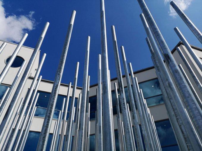 Magnus Wallin har skapat konstverket framför skolan