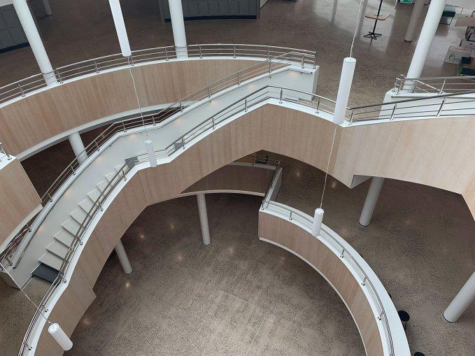 Trappan mitt i skolan är öppen ända upp till glastaket
