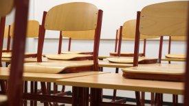 Många stolar som är upphända på bänkar.