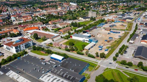 Flygbild över en del av östra Eslöv med Stenas fatsitghet mitt i bilden.