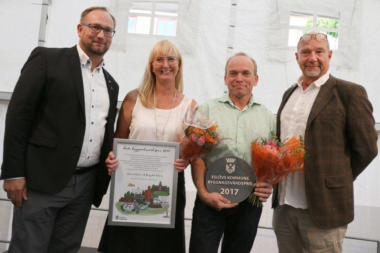 Johan Andersson, kommunstyrelsens ordförande, Margitha och Anders Nilsson, Bränneriets gård och Torsten Helander, stadsarkitekt. Foto: Håkan Sandbring
