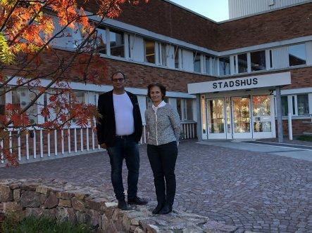 Kommunstyrelsens ordförande Johan Andersson (S) och kommunstyrelsens första vide ordförande Catharina Malmborg (M) framför Eslövs stadshus.