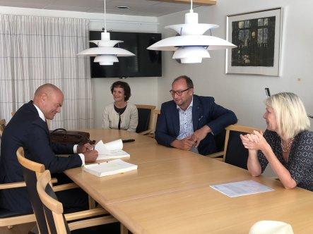 Martin Fast undertecknar avtal. Catharina Malmorg, Johan Ándersson och Eva Hallberg tittar på.