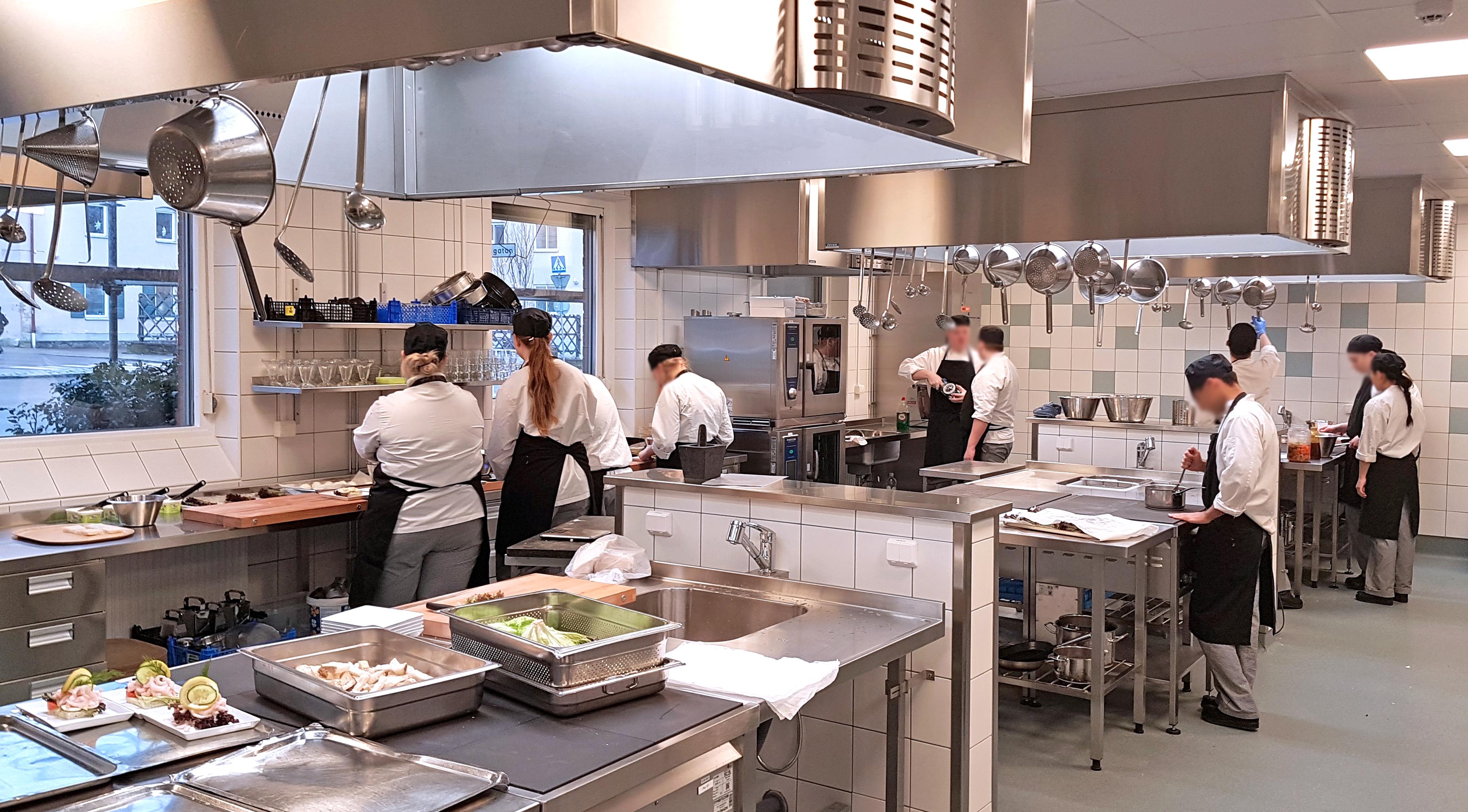 Elever på restaurang- och livsmedelsprogrammet som lagar mat i elevköket.