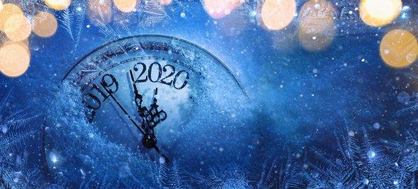 Nyårsbild med klocka som går över från 2019 till 2020-