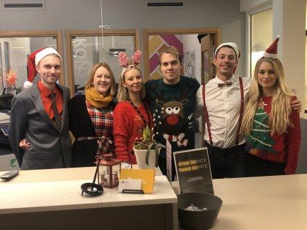 Sex julklädda medarbetare i Kontaktcenter