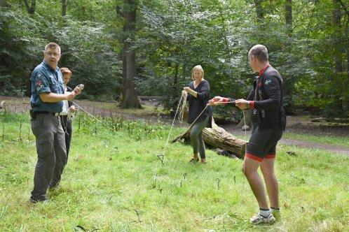 Två personer från Eslövs scoutkår i en samarbetsövning med tillväxtchef Katarina Borgstrand.
