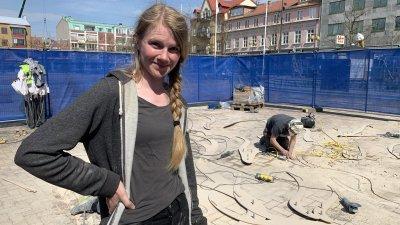 Konstnären förbereder för sitt verk på Stora torg