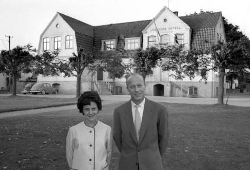 I bakgrunden syns Löberöds tidigare hotell sett från torget. Foto: Fotoarkivet KG Pressfoto