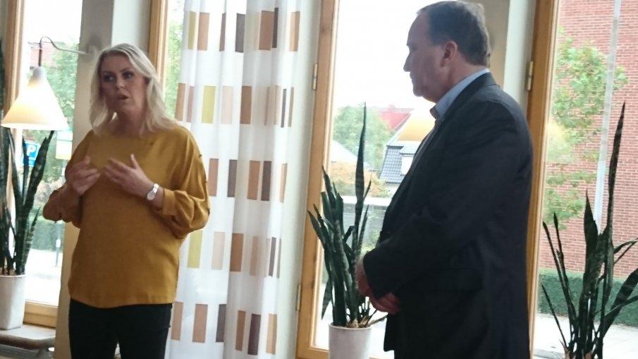 Socialminister Lena Hallengren och statsminister Stefan Löfven framför ett fönster i Medborgarhuset.