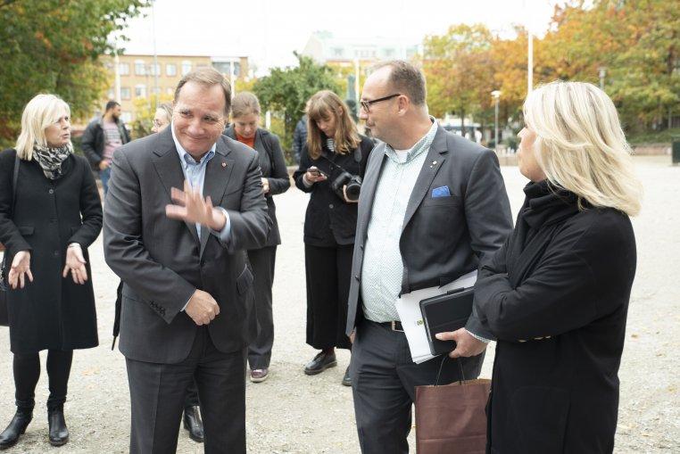 Stefan Löfven vinkar. Till vänster om honom kommundirektör Eva Hallberg, till höger Johan Andersson och Lena Hallengren.