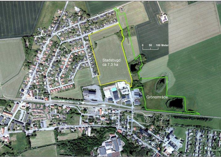 Orienteringskarta med exploateringsområdet markerat i gult, grönområde i grönt.