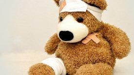 Nallebjörn med bandage och plåster.