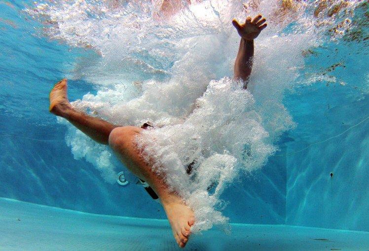 Person hoppar i vatten