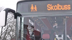 """Buss med en skylt med texten """"Skolbuss""""."""