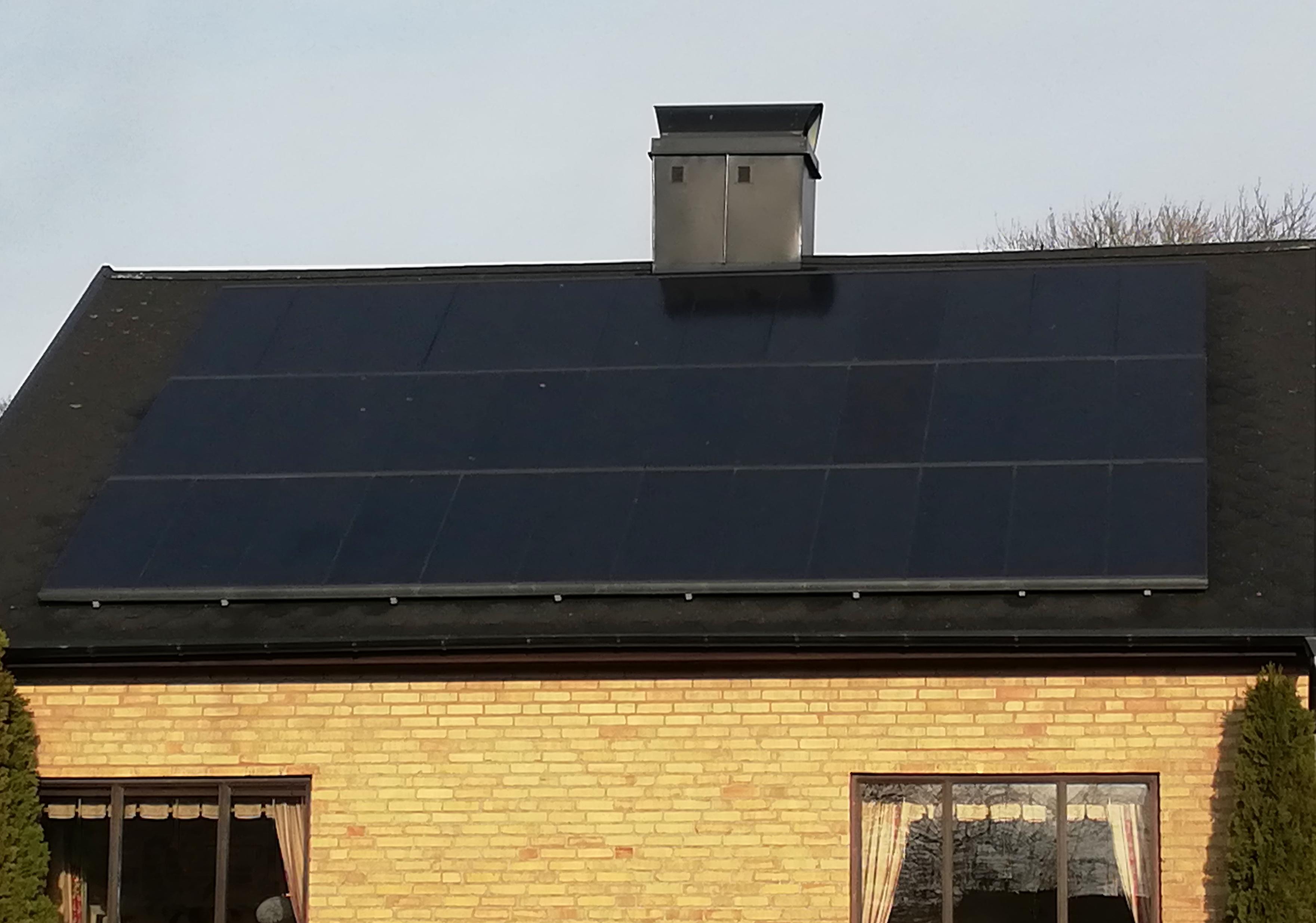 Exempel på solceller på villatak