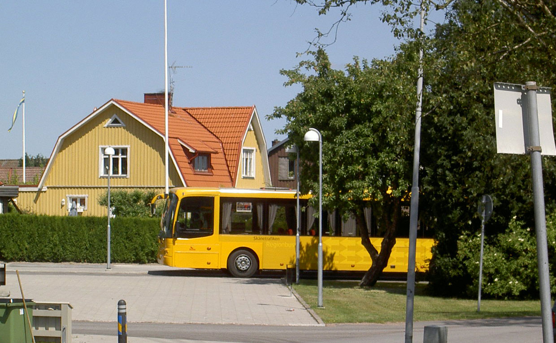 med tåg, regionbussar och stadsbussar inom kommunen