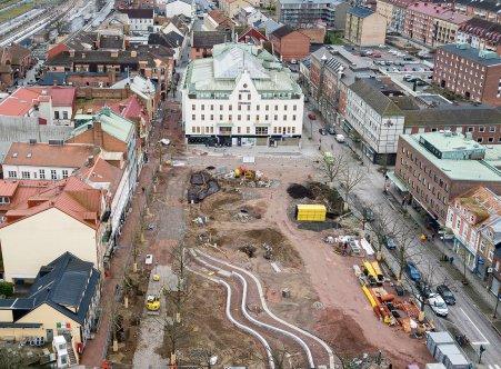 Drönarbild över Stora torg under byggtiden med Hotell Sten Stensson i bakgrunden.