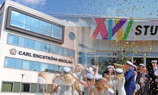 Bilder från Carl Engströmgymnasiet med hoppande studenter framför, konfettiregn