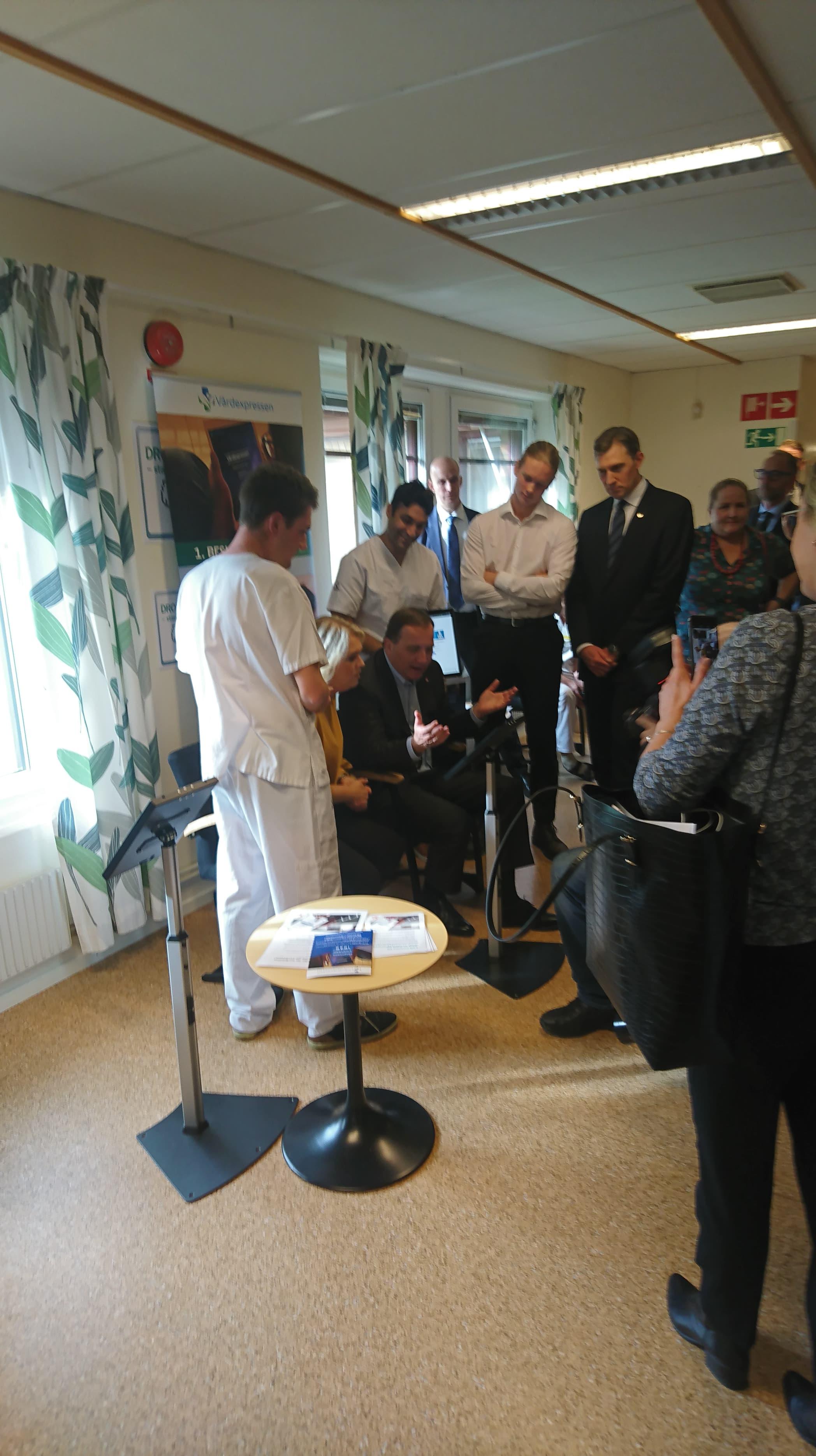Statsministerna tillsammans med medarbetare på Kärråkra vårdcentral.